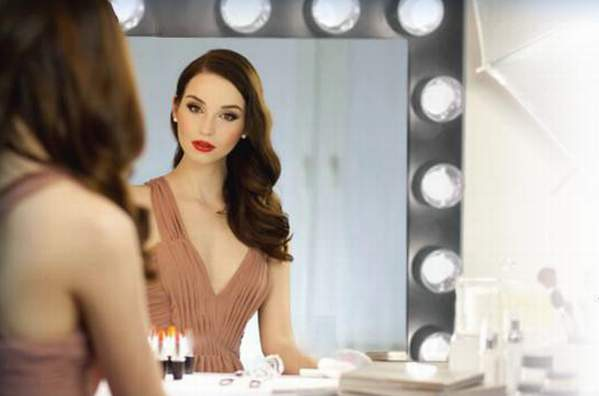 See Your Perfect Reflection In Hollywood Vanity Mirror