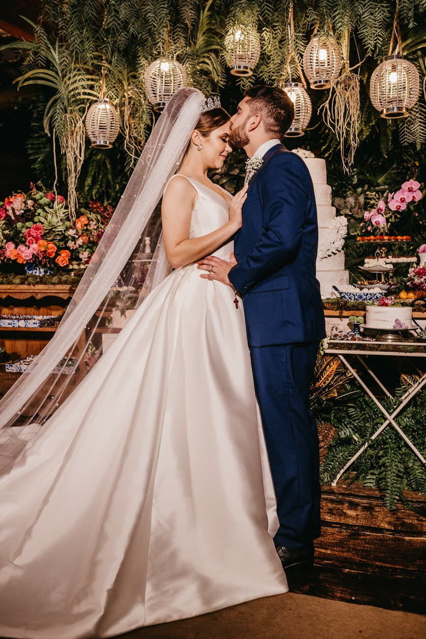 5 Breathtaking Poses for a Fairy-Tale Wedding